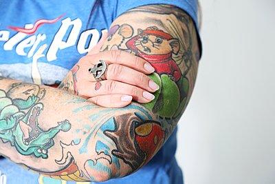 Tattooed arm - p237m1461361 by Thordis Rüggeberg