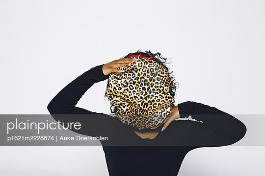 Woman with shower cap in leopard print - p1621m2228874 by Anke Doerschlen