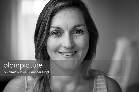 Smiling woman - p552m2071144 by Leander Hopf
