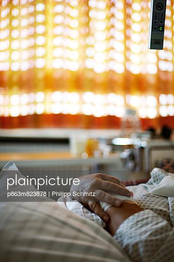 Warten im Krankenbett - p863m823878 von Philipp Schmitz
