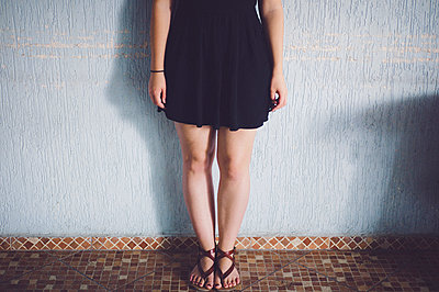 Woman in mini dress and sandals - p1150m1112909 by Elise Ortiou Campion