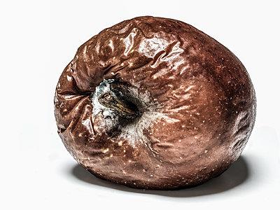 Verfaulter Apfel Nahaufnahme - p1353m1201788 von Federico Naef