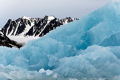 Blauer Eisberg im Liefdefjord, Spitzbergen - p1486m1564254 von LUXart