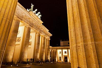 People at Brandenburger Tor - p30020588f by Fotofeeling