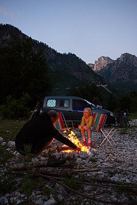 Warming campfire - p454m2183629 by Lubitz + Dorner