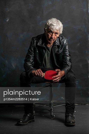 Älterer Mann mit Tennisschläger - p1354m2283514 by Kaiser
