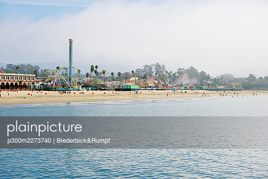 USA, California, Santa Cruz, Amusement park on sandy beach seen from Municipal Wharf - p300m2273740 by Biederbick&Rumpf