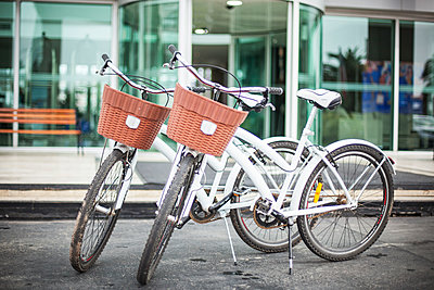 Pair of bicycles parked in front of building - p623m1495168 by Gabriel Sanchez