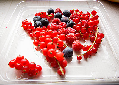Fresh Blueberries, Raspberries and Red Currants - p669m2069117 by Eduardo Gonzalez