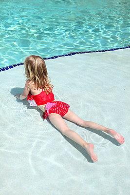 Little girl in a pool - p045m901187 by Jasmin Sander