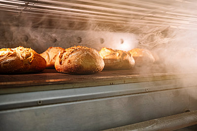 Breads in oven at bakery - p300m2242873 by Jose Luis CARRASCOSA