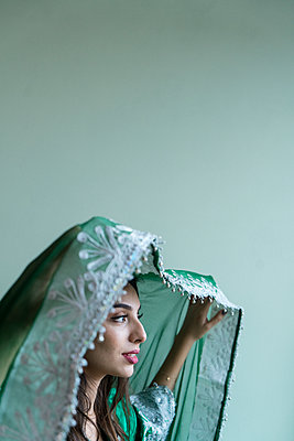 Young woman wearing traditional Arab costume - p427m2059740 by Ralf Mohr