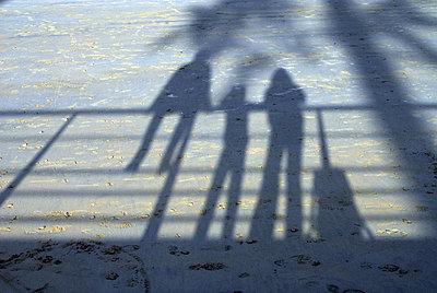 Schatten von drei Jugendlichen - p567m667666 von AURELIAJAEGER