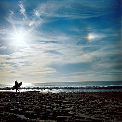 Surfer with surfboard on the beach - p567m720732 by Sandrine Agosti Navarri