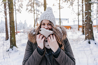 Young woman wears winter clothing - p586m2005135 by Kniel Synnatzschke