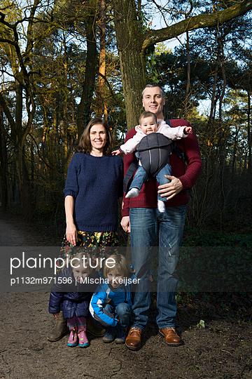 Familienportrait - p1132m971596 von Mischa Keijser