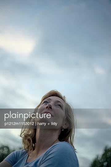 Frau schaut in den Himmel - p1212m1153012 von harry + lidy