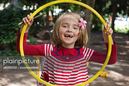 Kleines Mädchen auf dem Spielplatz - p8280232 von souslesarbres
