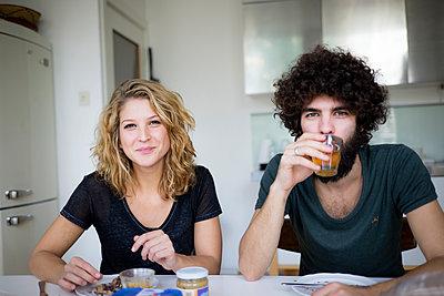 Junges Paar in der Küche - p1212m1502597 von harry + lidy