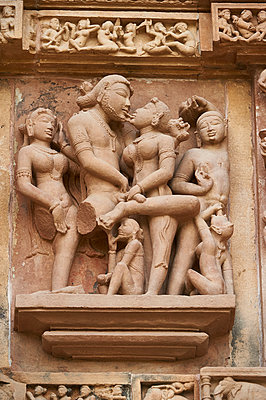 Reliefskulpturen im Tempel Kandariya-Mahadeva - p1259m1111460 von J.-P. Westermann