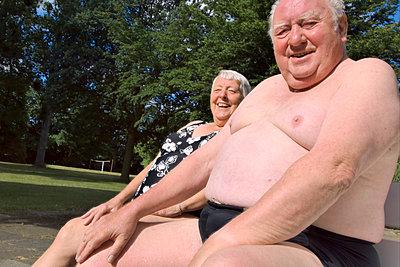 Älteres Ehepaar auf einer Bank - p2873198 von Ralf Mohr