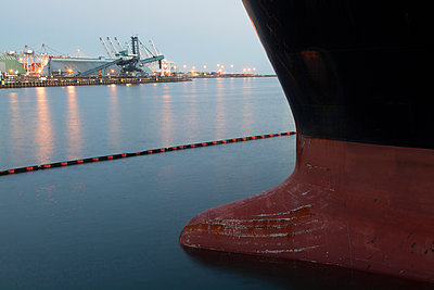 Close up of bow of ship docked in industrial harbor - p555m1414149 by Tom Paiva Photography