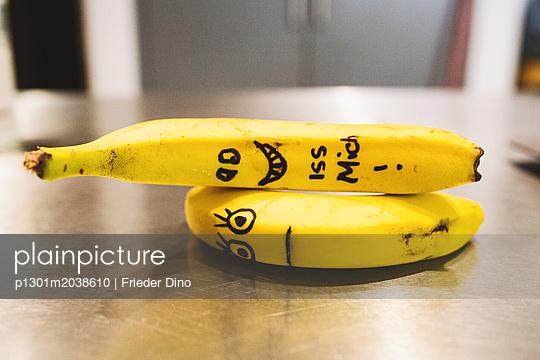 Angemalte Bananen mit Gesichtern - p1301m2038610 von Delia Baum