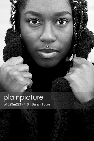 portrait of a young woman with braids - p1323m2217718 von Sarah Toure