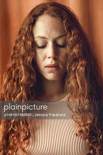 Portrait rothaarige Frau - p1491m1582693 von Jessica Prautzsch