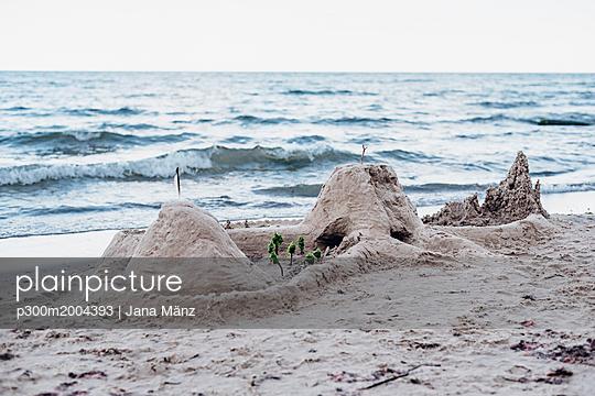 Germany, Ruegen, sandcastle on the beach - p300m2004393 von Jana Mänz