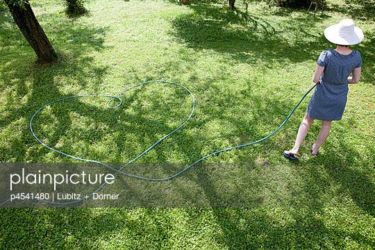 Liebe zur Gartenarbeit - p4541480 von Lubitz + Dorner
