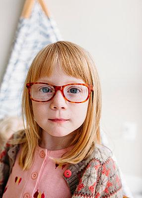 Portrait of strawberry blonde girl with eyeglasses - p1238m1462501 by Amanda Voelker