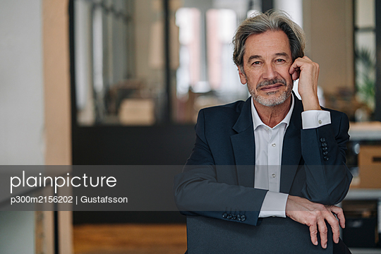 Portrait of confident senior businessman in office - p300m2156202 by Gustafsson