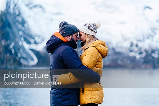 Affectionate tourist couple at Hamnoy, Lofoten, Norway - p300m2166333 von Daniel González