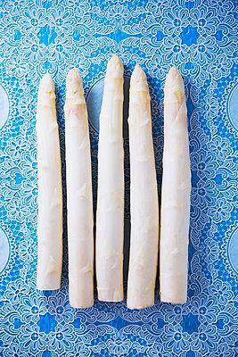 White asparagus - p1149m2098882 by Yvonne Röder