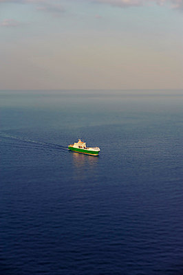 Ship in middle of sea - p5756950 by Hans Berggren