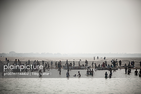 People bathing - p1007m1144402 by Tilby Vattard