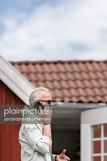 Man talking via cell phone - p312m2208133 by Plattform