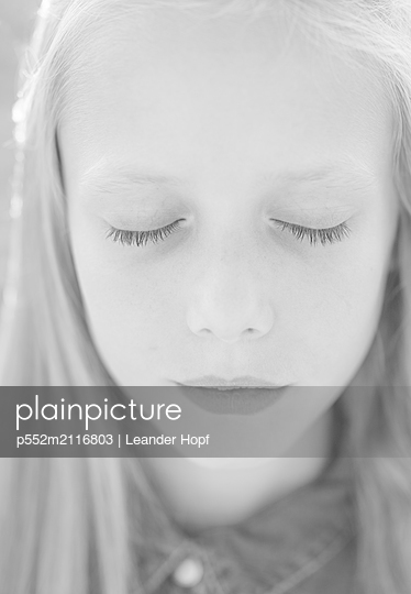 Blonde girl - p552m2116803 by Leander Hopf