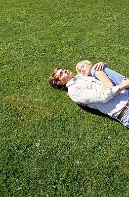 Paar auf dem Rasen - p0451839 von Jasmin Sander