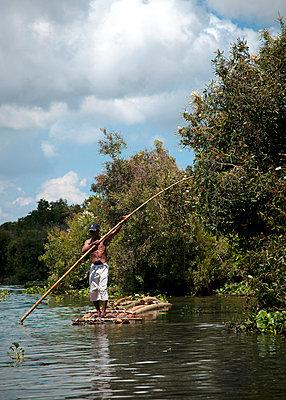 Fischer auf einem Floß - p1062m916792 von Viviana Falcomer