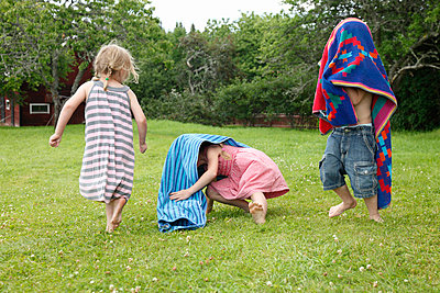 Kids playing in a garden - p249m701106 by Ute Mans