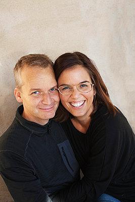 Portrait of happy couple - p312m695848 by Juliana Wiklund