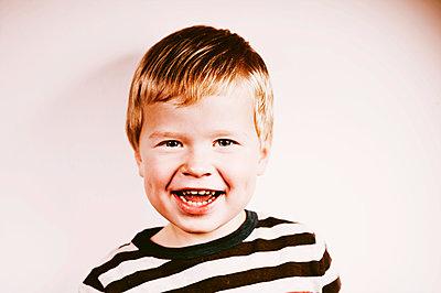 Porträt eines fröhlichen Jungen - p819m1065071 von Kniel Mess