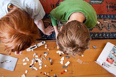 Zusammen spielen - p635m753266 von Julia Kuskin