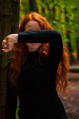 Hintern Arm Verstecken - p045m1172413 von Jasmin Sander