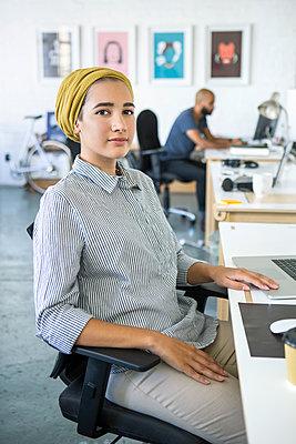 Junge Frau, Startup Unternehmen - p1156m1572828 von miep