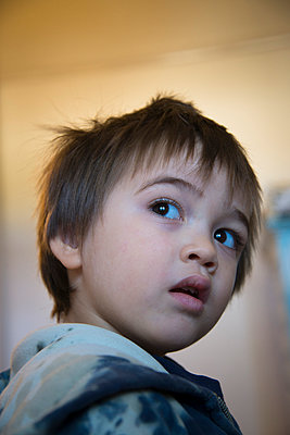 Little boy looking over shoulder - p1170m1044319 by Bjanka Kadic