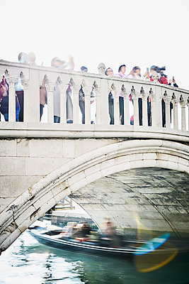 Crowd on bridge underneath is a gonodola  - p1312m2082152 by Axel Killian