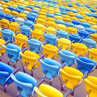 Leere Sitze im Stadion - p1542m2175037 von Roger Grasas